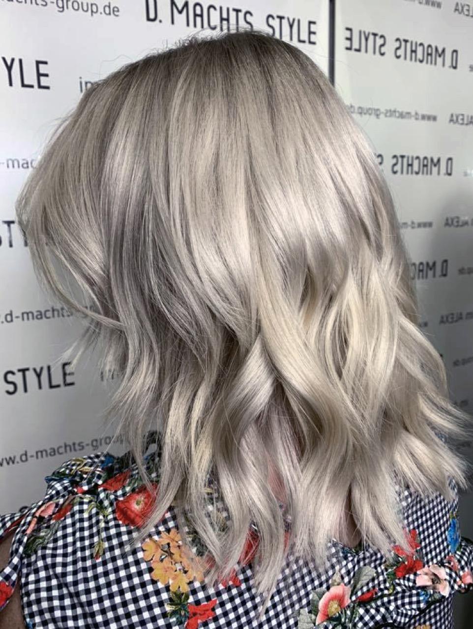 Blonde schulterlange haare